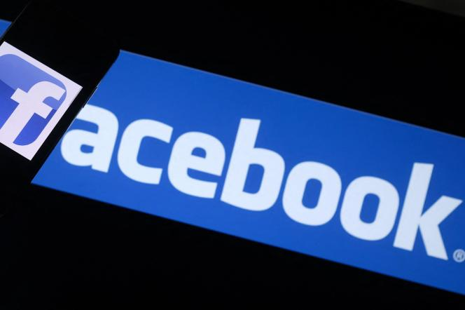 (FILES) This file photo illustration taken on August 12, 2021, shows the Facebook logo on a smartphone in front of a computer screen in Los Angeles. US regulators on August 19, 2021. refiled a lawsuit accusing Facebook of maintaining an illegal monopoly in social networking, two months after the case was dismissed by a judge. (Photo by Chris DELMAS / AFP)
